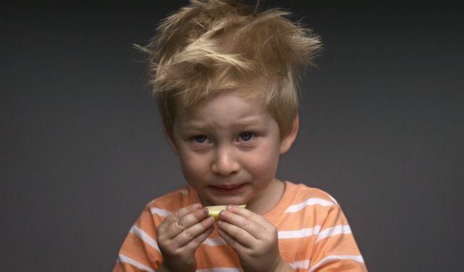crianças experimentando alimentos pela primeira vez 1