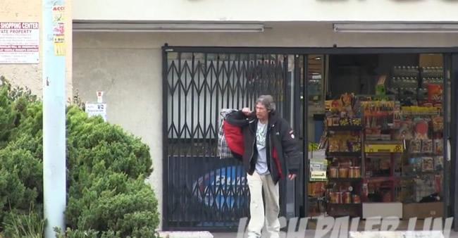 Rapaz segue mendigo com câmera escondida para flagrar como ele gasta esmola de $100