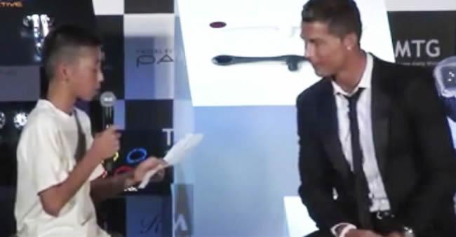 Cristiano Ronaldo cala plateia que riu de garoto tentando fazer pergunta em português