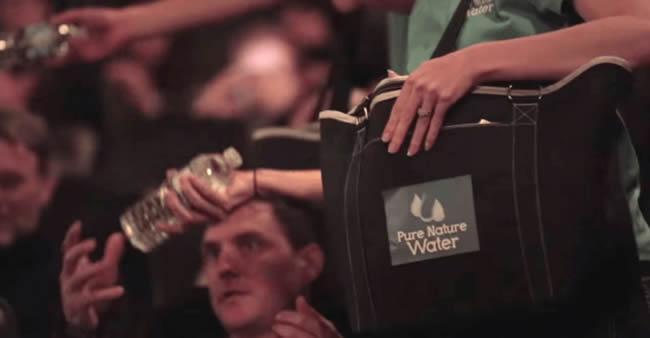 Um cinema deu garrafas de água. Ninguém conseguiu abri-las. Então algo começou rodar na telona…