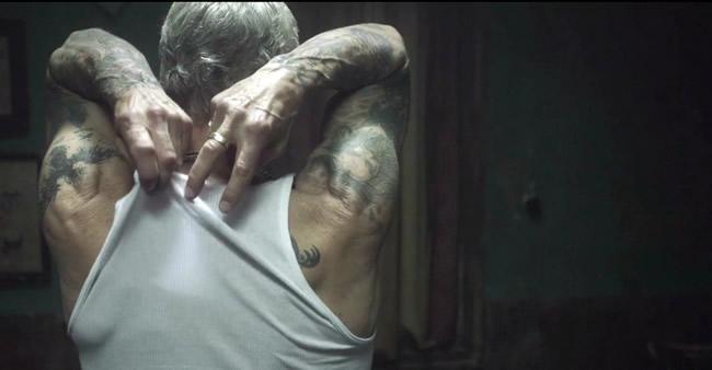 Se alguém um dia perguntar 'como sua tatuagem vai ficar depois de velho', mostre esse vídeo