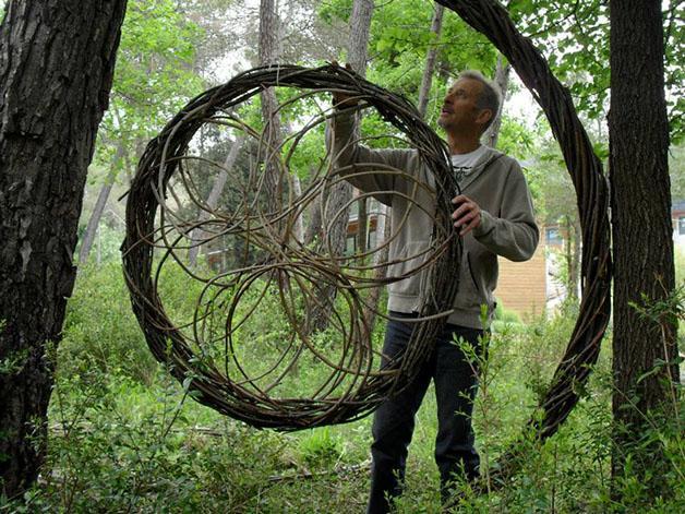 Esculturas feitas de matéria prima da própria floresta.