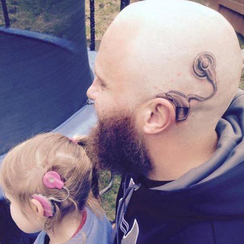 Pai faz tatuagem de aparelho auditivo para ficar igual a sua filha de 6 anos