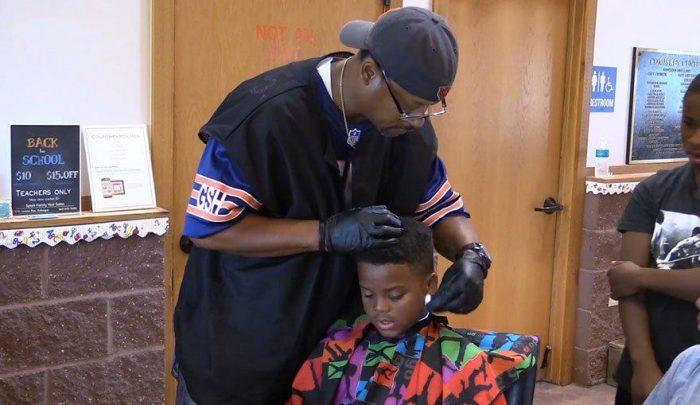 Barbeiro dá corte gratuito para quem ler para ele.