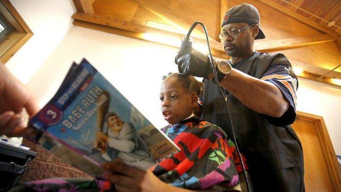 Barbeiro dá corte gratuito para quem lê para ele.