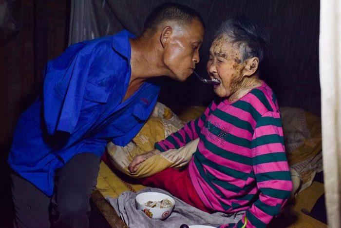 Chen Xinyin, de 48 anos, perdeu os braços depois de sofrer um choque elétrico com sete anos de idade.