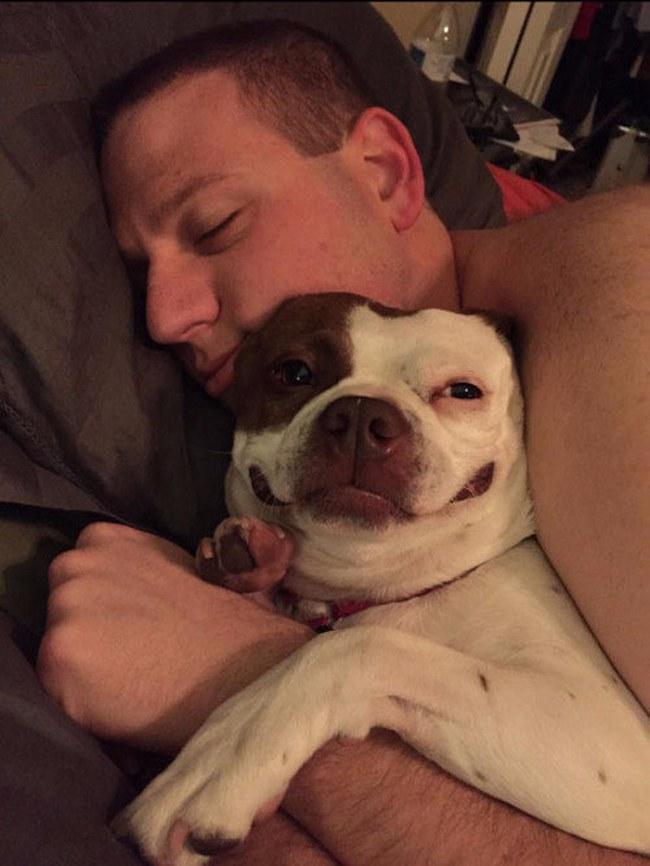 Não há nada mais gostoso do que dormir de conchinha, né? Bom, ele concorda.