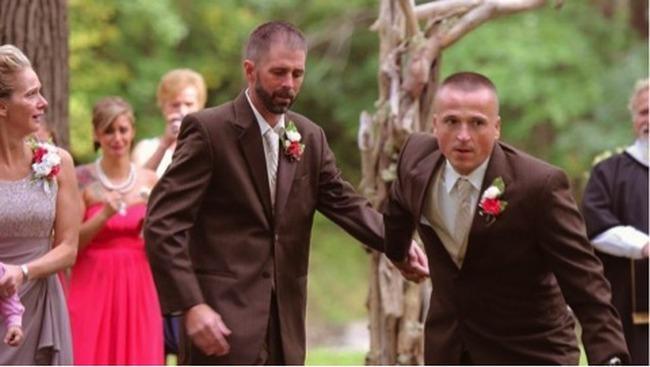 Pai levava filha ao altar até que vê o padrasto da noiva. O que ele fez deixou todos de boca aberta!