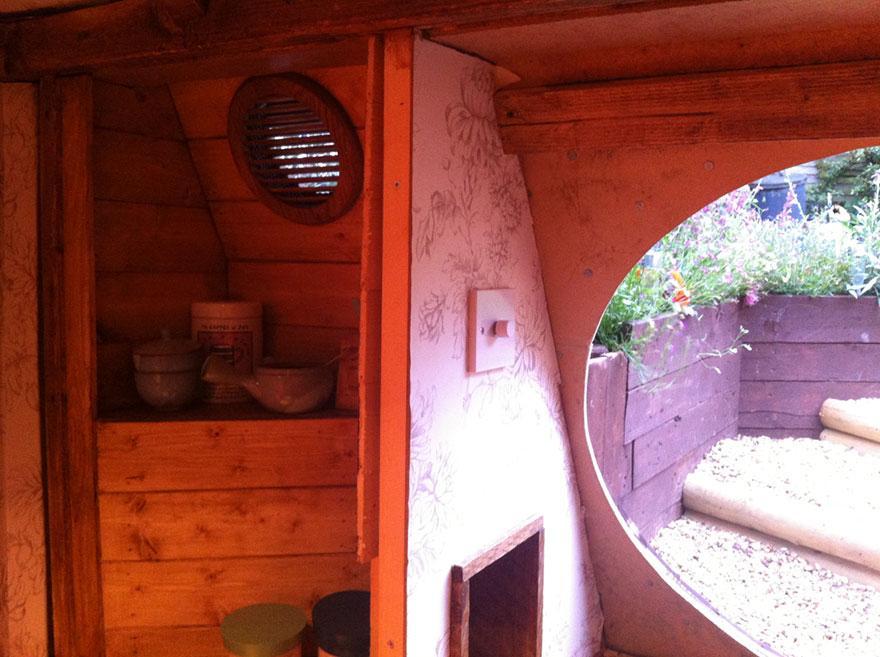 Casa de Hobbits é construída em um quintal