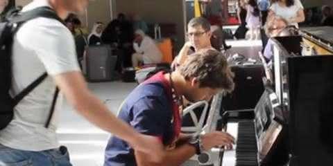 Um músico tocava em uma estação de trem em Paris, quando um estranho chega para fazer o impensável