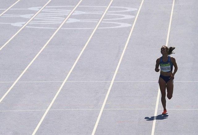 06_rio-olympics-runners-help-each-other-abbey-dagnostino-nikki-hamblin-9