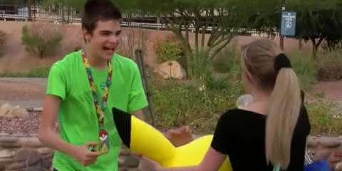 Jovens se unem para jogar Pokémon Go com garoto autista que sofreu bullying