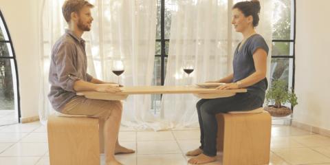 Sem celular: designer cria mesa que exige atenção de parceiros no jantar