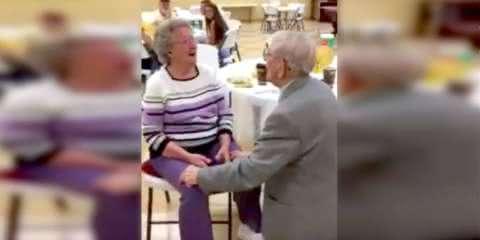 Senhor de 92 anos surpreende esposa com serenata no 50º aniversário de casamento