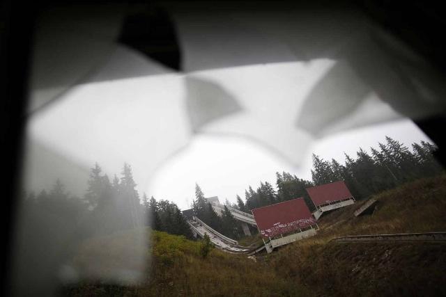the-ski-jump-through-a-broken-window (640x427)