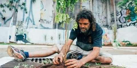 Morador de rua revitaliza praça no centro de São Paulo