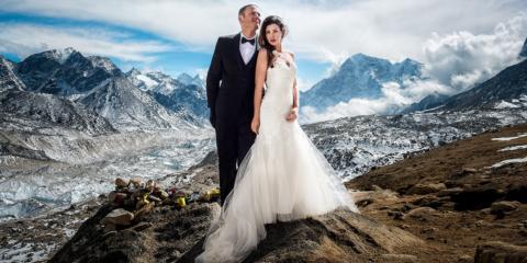 Casal escala o Monte Everest para se casar
