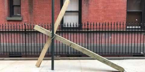 Cruz aparece acorrentada na 'Rua Gay' e moradores reagem da melhor forma