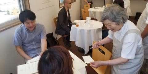 Restaurante contrata garçons com Alzheimer para conscientizar sobre a doença