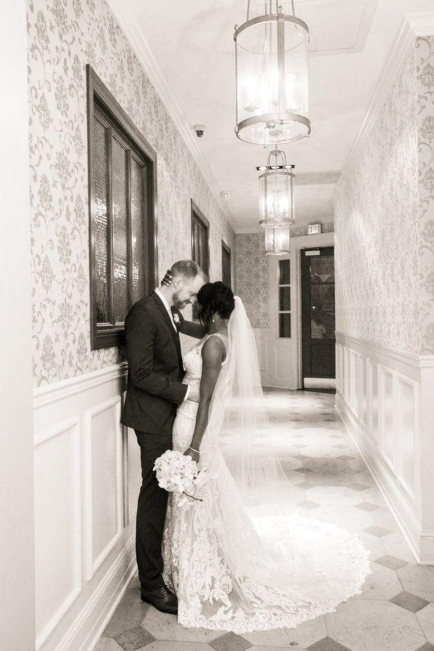 Os recém casados se beijando