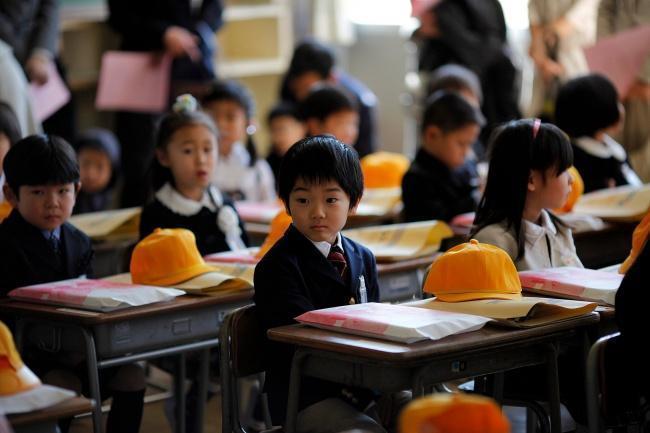 Criancinhas japonesas na sala de aula