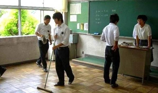 alunos japoneses limpando a sala de aula