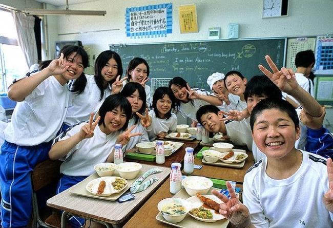 alunos japoneses almoçando na sala de aula