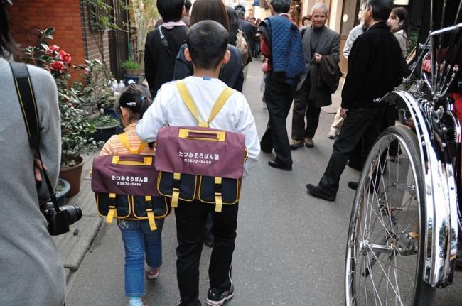 Duas crianças japonesas indo para a escola