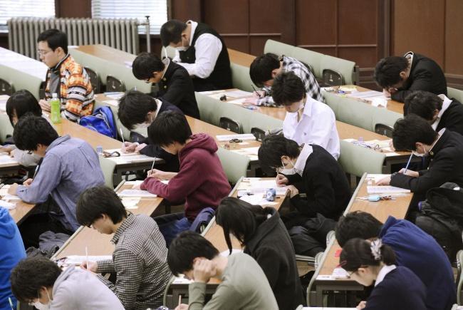 sala de aula repleta de alunos japoneses fazendo prova