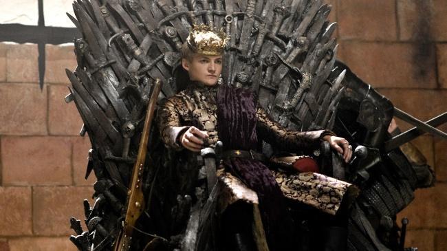 Joffrey sentado no trono de ferro