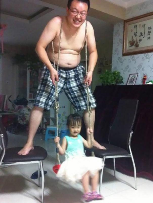 Pais engraçados sozinhos com seus filhos 19