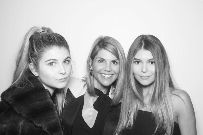 Mãe e filhas que aparentam ter a mesma idade 22