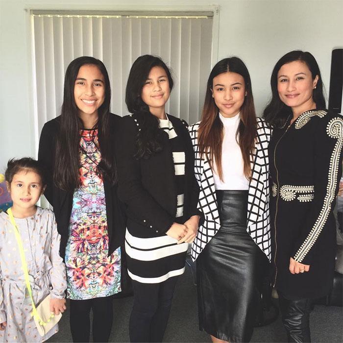 Mãe e filhas que aparentam ter a mesma idade 9