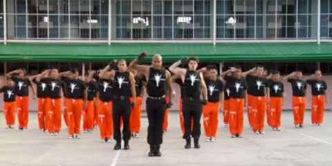 Centenas de detentos dançam Michael Jackson em programa de reabilitação