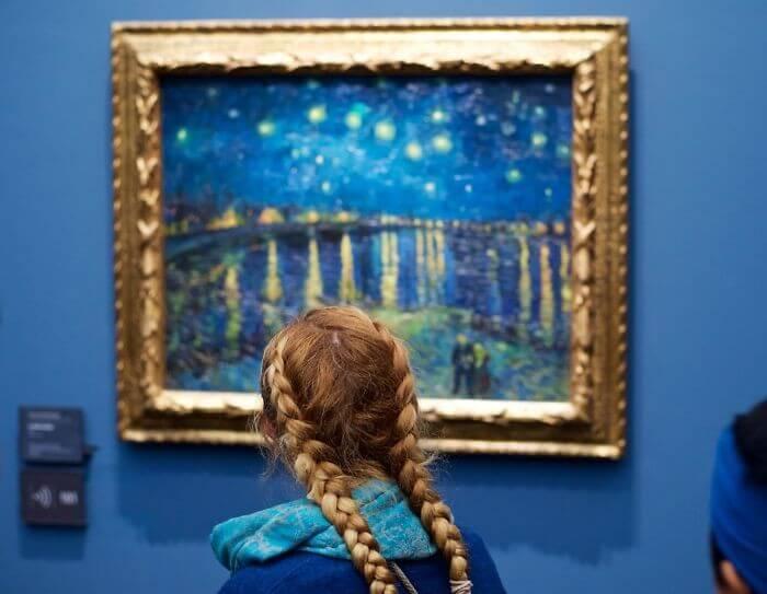 Pessoas combinam quadro museu (1)