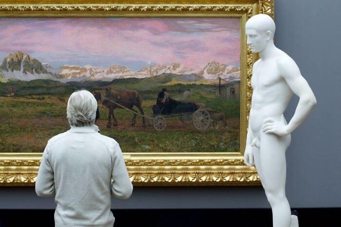 Pessoas combinam quadro museu (12)