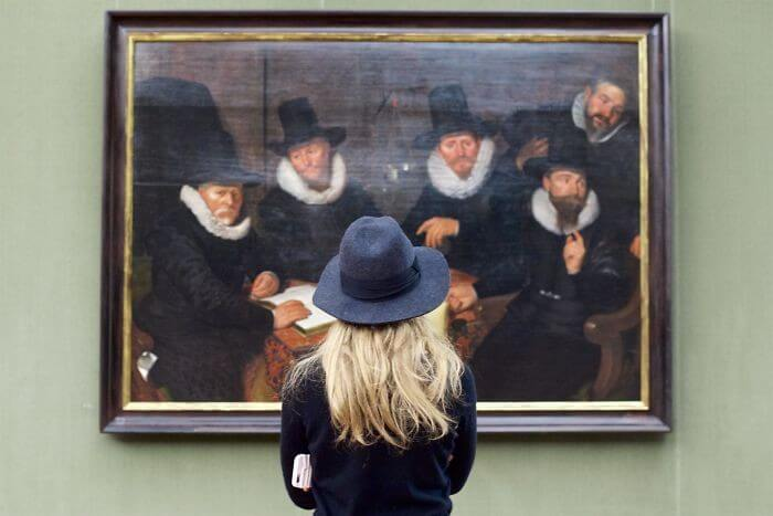 Pessoas combinam quadro museu (18)