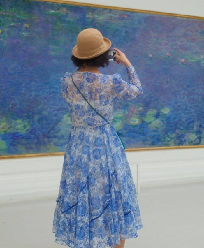Pessoas combinam quadro museu (3)