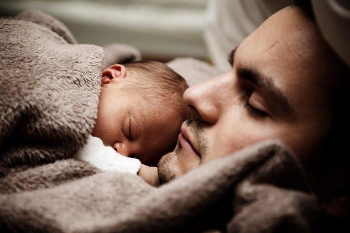 Bebês deveriam dormir com pais até os 3 anos (1)