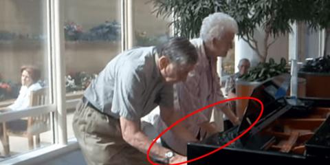 Casal de 90 anos encanta a internet com dueto de piano em casa de repouso
