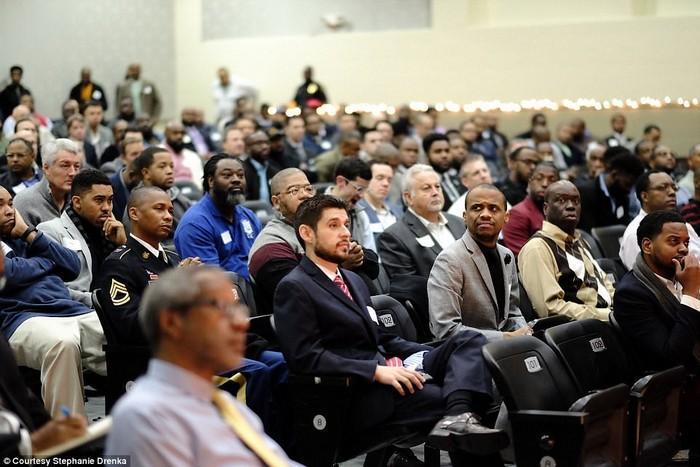 600 homens aparecem em evento para apoiar meninos que não têm pai (19)