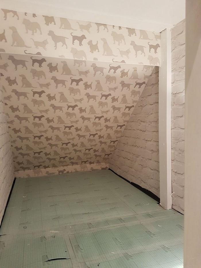 Casinha de cachorro construída embaixo das escadas (6)