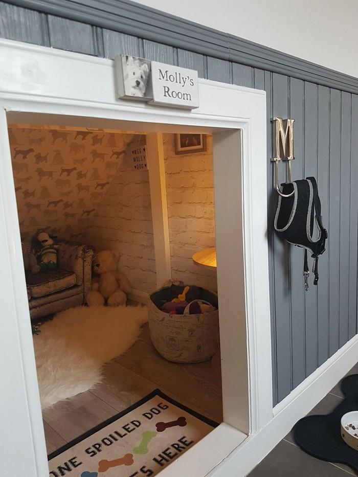 Casinha de cachorro construída embaixo das escadas (2)