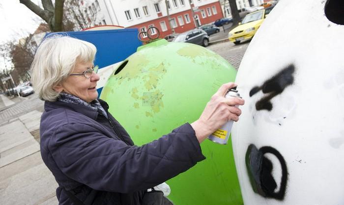 Artistas cobrem suásticas com grafite com o Projeto Paintback