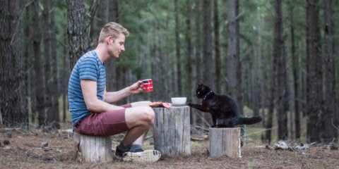 Este cara largou tudo para viajar por anos acompanhado de seu gato