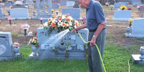 Senhor passa a regar túmulo de desconhecido e emociona sua família