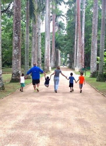Casal americano adota 4 órfãos brasileiros (3)