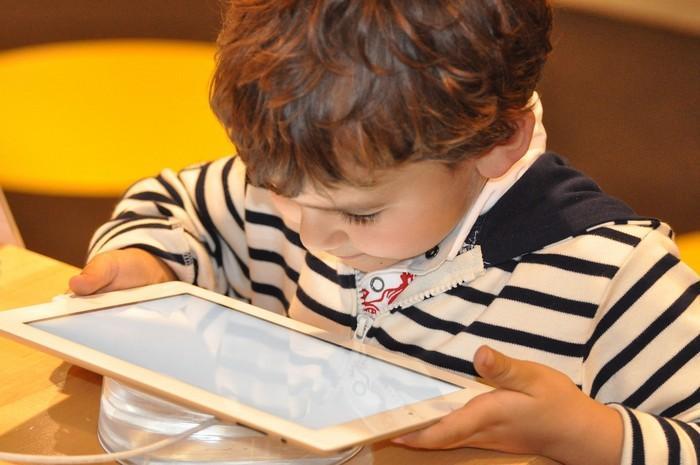 O que o tempo na frente das telas pode fazer com os cérebros das crianças