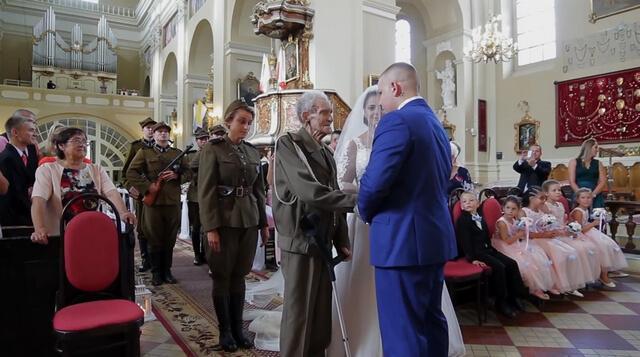 Herói de guerra leva neta ao altar (3)