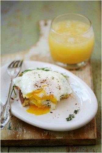 café da manhã saudável sanduiche ovo aberto ricota rucula